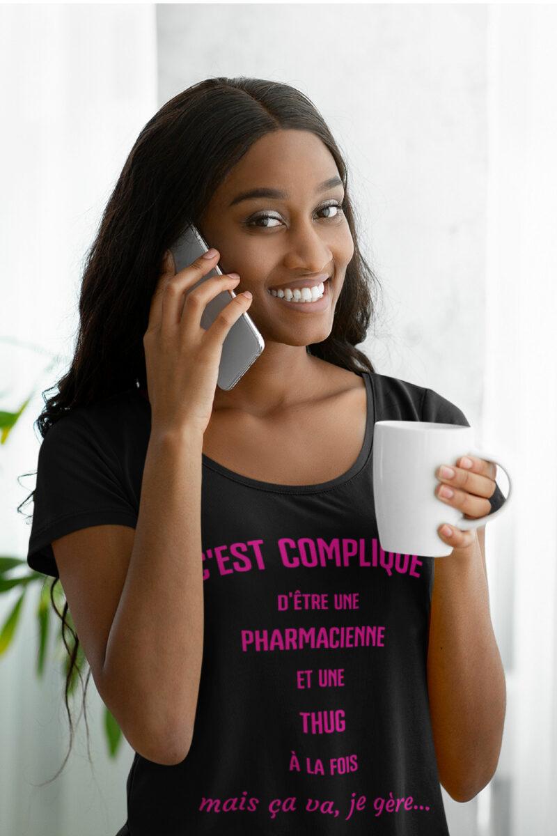 Teeshirt Femme - C'est Compliqué D'être Une Pharmacienne Et Une Thug À La Fois Mais Ça Va, Je Gère...